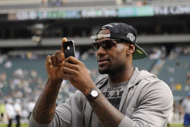 Ça ressemble à une série à épisode et chacun d'entre eux est plus rigolo que le précédent. Les Stars sponsorisées par les marques de mobiles enchaînent les boulettes. Dernier exemple en date, hier, avec le tweet posté par Lebron James, l'ailier des Miami Heat, c'est du basket. Le joueur est l'un des ambassadeurs de Samsung […]