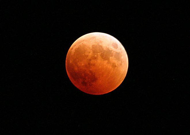 """Ce mardi matin, pendant près d'une heure et demie entre 9h06 et 10h24 heure française, la Lune sera entièrement plongée dans l'ombre de la Terre. Durant les 5h44 qui tiendront la totalité de l'éclipse,Patrick Rocher, astronome à l'Institut de mécanique céleste et de calcul des éphémérides (IMCCE), indique que """"la Lune passera par plusieurs phases: […]"""