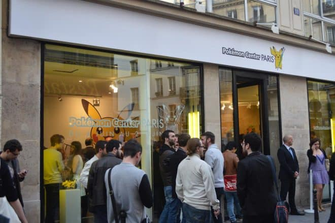 C'était ce soir qu'était inauguré le centre Pokémon éphémère de Paris. Pour l'occasion nous étions sur place afin de faire quelques photos et de vous montrer ce que vous pouvez y trouver. Contrairement à celui de Tokyo que j'ai personnellement visité, pas de gâteaux à l'effigie de Pikachu et d'autres pokémon. Cependant, on pourra se […]