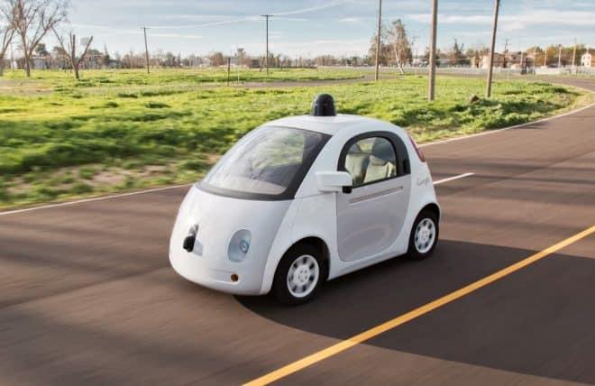 Une Google Car sur une route de Californie.