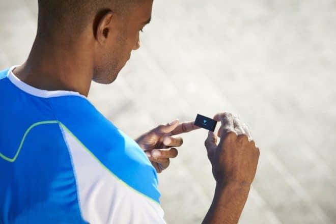 La petite entreprise française a beau avoir été rachetée 170 millions d'euros par Nokia, on ne constate toujours pas de hausse de prix sur ses excellents produits connectés : on aurait même tendance à croire l'inverse. LeWithings Pulse Ox est un tracker d'activité, de sommeil et du rythme cardiaque proposé à un prix très compétitif, […]