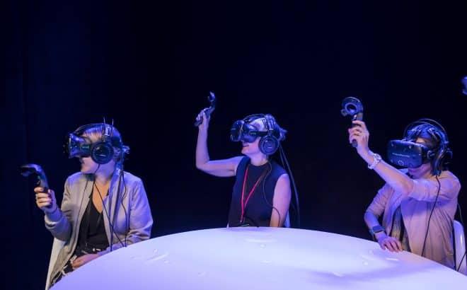 Des personnes assistent en réalité virtuelle au dévoilement du dernier modèle de voiture électrique de Juguar.