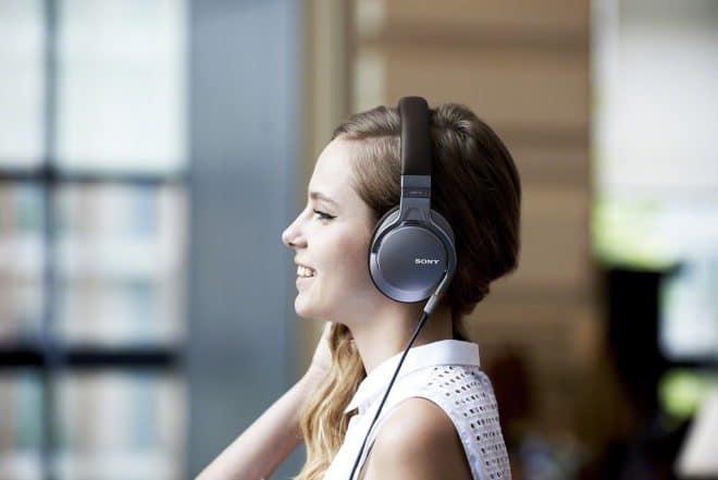 Le casque Sony Sony MDR-1AB de profil, avec son câble détachable