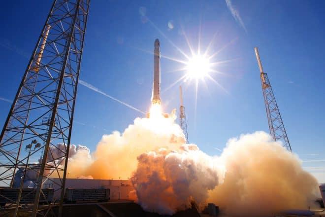 Une fusée SpaceX au décollage. Image d'illustration.