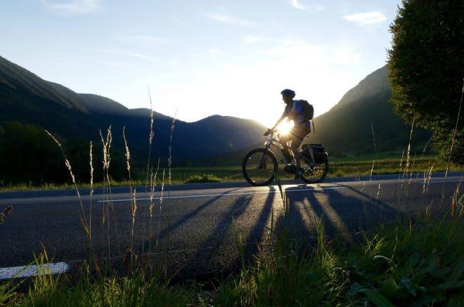 Un homme sur un vélo électrique. Image d'illustration.