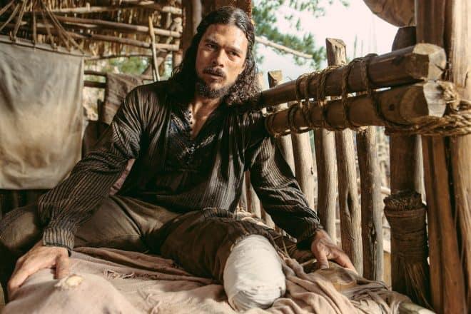 Luke Arnold dans la peau de John Silver dans Black Sails