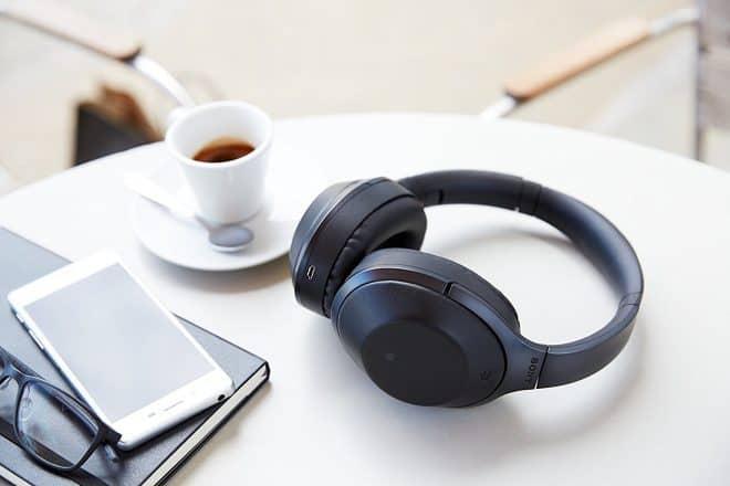 Casque circum aural sans-fil au design léger et confortable, leSonyMDR-1000Xoffre un son riche, clair et puissant et la connectivité Bluetooth/NFC. La réduction de bruit permet de profiter de sa musique avec un silence inégalé. Sans fil et aussi sans bruit Sony a eu la brillante idée de choisir un design circum aural pour son premier […]