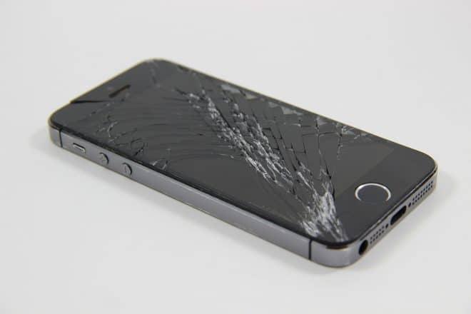 Un écran de smartphone fêlé - Image d'illustration