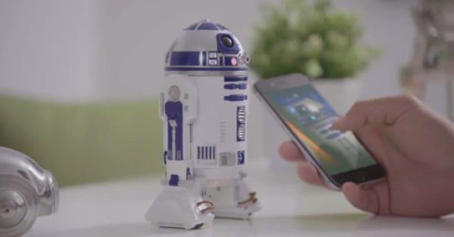 Sphero a fait une entrée fracassante sur le marché des jouets connectés avec le BB-8, mais le R2-D2 présenté cette année a la nostalgie de son côté pour plaire à encore plus de monde. Une réplique au bruit près Commandé depuis un smartphone avec une application dédiée, le Sphero R2-D2 permet de renouer avec le […]
