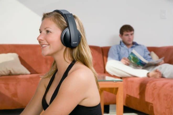 Il y a de nombreuses raisons pour lesquelles un casque TV peut être une bonne idée : pour ne pas déranger les voisins, pour pousser le volume un peu plus haut, pour laisser d'autres personnes lire et travailler tranquillement, ou pour obtenir un son optimal au creux des oreilles et ne rien rater des subtilités […]