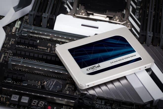 Nouvelle génération après le très populaire MX300, le SSD Crucial MX500 est toujours disponible en différents espaces de stockage, mais avec des performances revues à la hausse. Les prix en baisse sur les disques flash Avec la courses aux performances, la concurrence est rude dans le secteur des SSD. Intel est toujours premier sur le […]