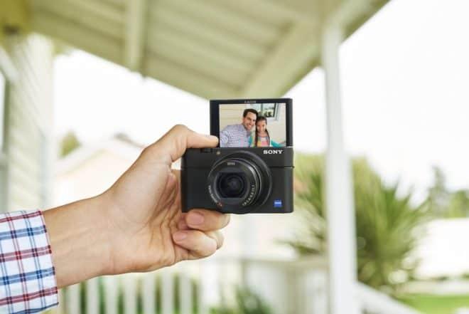 L'appareil photo compact Sony RX100 IV intègre le premier capteur empilé CMOS de type 1.0 avec mémoire intégrée. Il permet d'effectuer des ralentis jusqu'à 40x, à une vitesse très élevée de 1/32 000 s. L'appareil est doté d'un obturateur anti-distorsion et peut capturer des vidéos en 4K. Le mode de fin du déclenchement vous permet […]