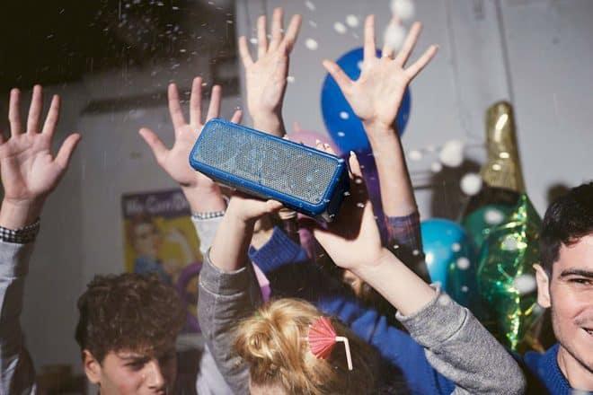 Puissante et portable, l'enceinte nomade sans fil Sony SRS-XB3 offre un son riche qui vous suivra partout. Bluetooth ou NFC pour diffuser du son L'enceinte de Sony avec son coloris bleu pétant arbore une forme rectangulaire qui permet de la positionner à l'horizontale comme à la verticale pour une meilleure propagation du son. Les technologies […]