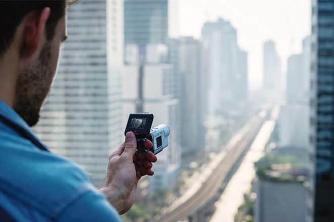 Sony continue d'innover avec desaction cam toujours plus poussées, et après la Sony FDR-2000, la firme japonaise propose son successeur, leSony FDR-X3000Ravec une poignéeAKA-FGP1 pour manipuler le tout d'une seule main. Une captation vidéo d'excellente qualité Digne héritier des technologies de la FDR-2000, on retrouve sur ce nouveau modèle une stabilisation optiqueB.O.S.S. grâce à laquelle […]