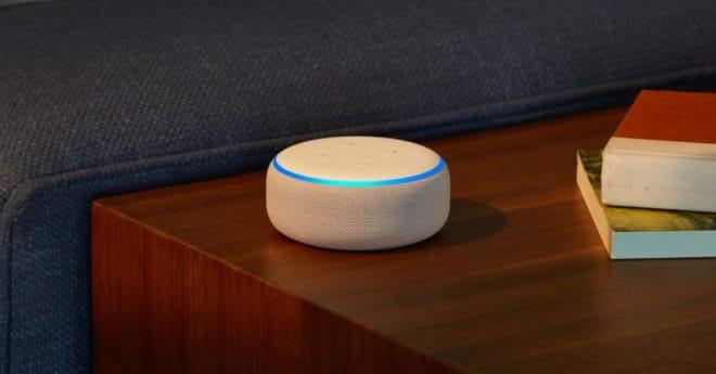 Plus compact que sa consœur l'Echo, le Amazon Echo Dot est lui aussi contrôlé à la voix et permet de gérer toute la domotique chez soi en quelques commandes, mais aussi de poser foule de questions à Alexa. Contrôler sa domotique avec sa voix De la même manière que le Google Home est un assistant […]