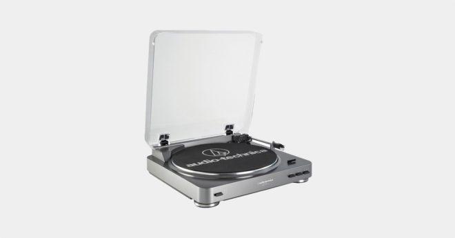 La AT-LP60USB d'Audio Technica est une platine vinyle accessible qui permet très simplement de sauvegarder ses vinyles au format numérique en qualité CD (44.100 Hz/16-bit). Un bras de lecture à équilibrage statique Sans être hi-fi, la platine vinyle d'Audio Technica reste recommandable. Son prix la rend accessible à tous les amateurs de musique et ses […]