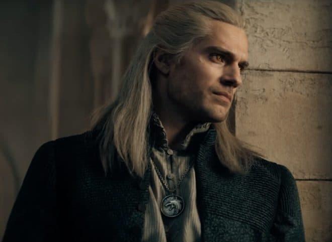 La première bande-annonce de la série The Witcher se montre.