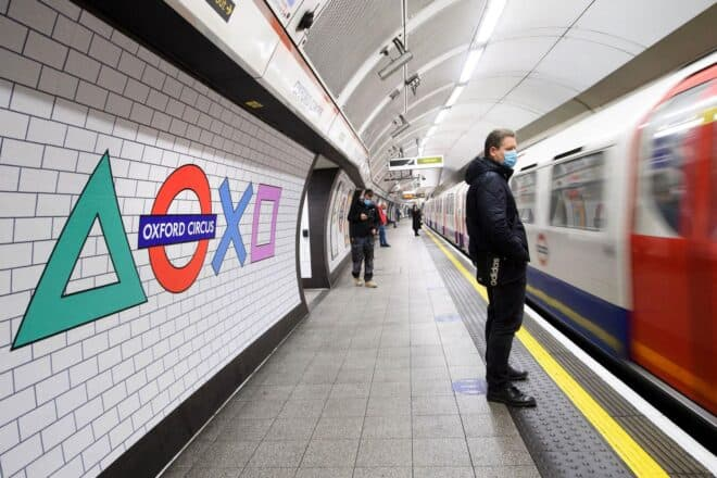 Le métro londonien célèbre la sortie de la PS5.